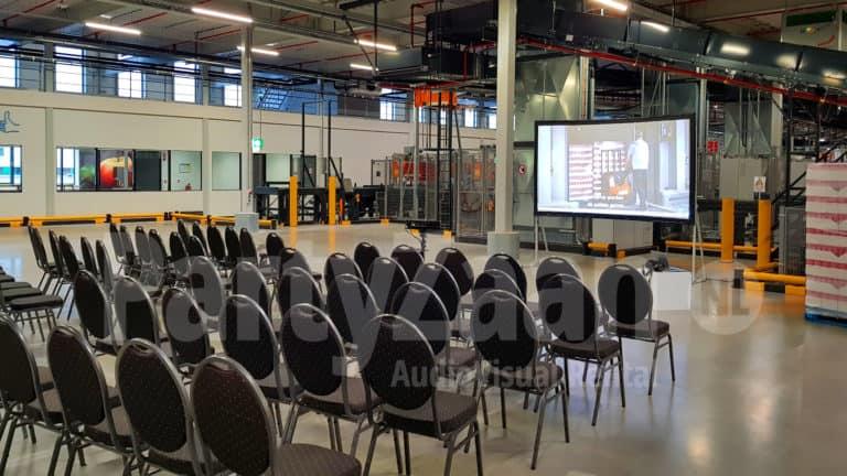 Presentatie beamer groot scherm en stoelen