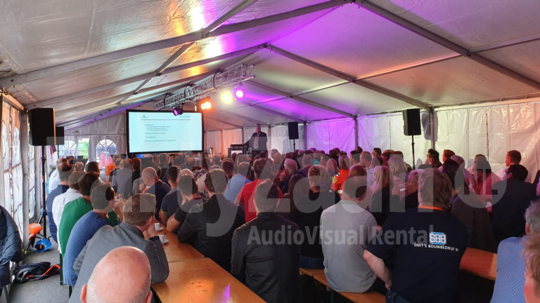 Presentatie podium speakers beamer scherm licht